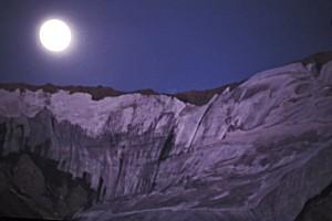 La lumière de la lune sculpte,